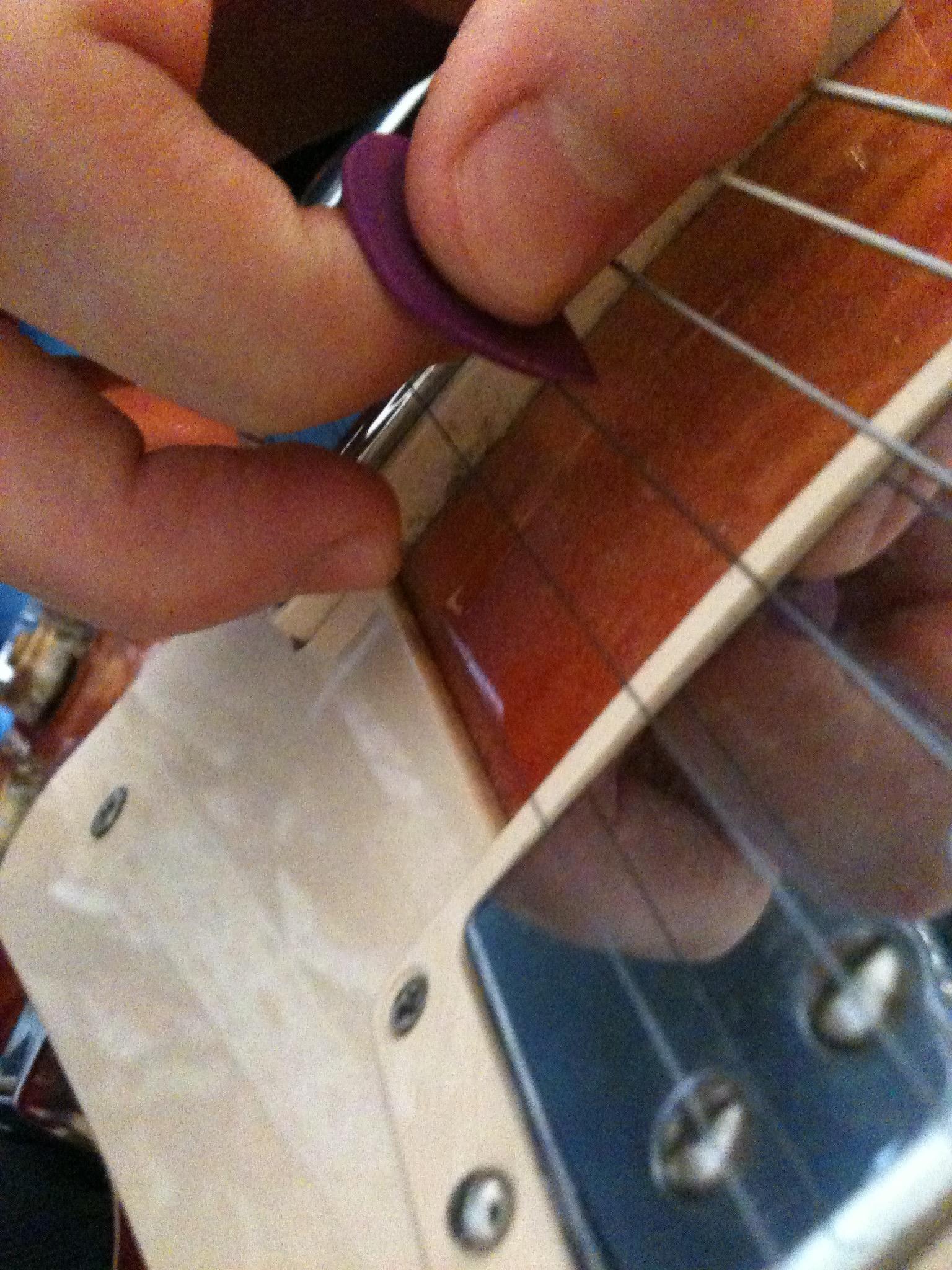 Muting Surrounding Strings For Vibrato